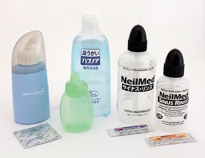 鼻洗浄専用の商品も販売されている。写真左から、「ハナクリーンS」(東京鼻科学研究所)、「ハナノアb シャワータイプ」(小林製薬)、「サイナス・リンス」「サイナス・リンスキッズ」(ニールメッド)。