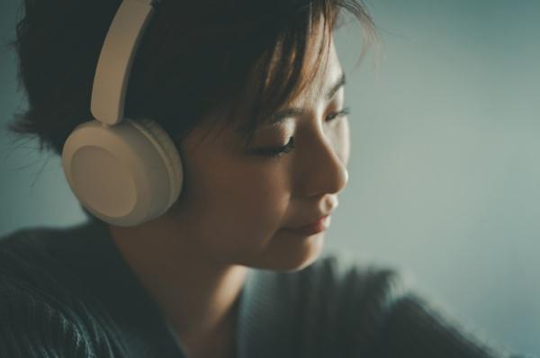 寝る前の音楽は、リラックスできて、睡眠に最適のように思えるが…