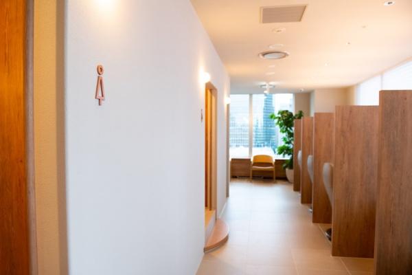 大腸内視鏡検査を受ける際はこの検査室で。下剤を飲んだ後の待合スペース、トイレ、検査室、リカバリー室の動線がスムーズな設計になっている