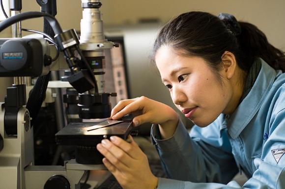 製品の品質管理といった技術分野でも、女性たちが活躍している