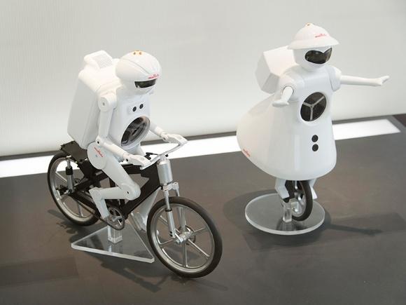 村田製作所といえば、TVCMにも登場したこのロボット。超低速で走れるだけでなく完全に停止しても倒れない自転車型ロボットは「ムラタセイサク君®」(写真左)。抜群のバランス感覚で一輪車を操るのは「ムラタセイコちゃん®」(写真右)。ムラタの製品や技術力を分かりやすく紹介し、エレクトロニクスの可能性を感じてもらうために開発されたそう