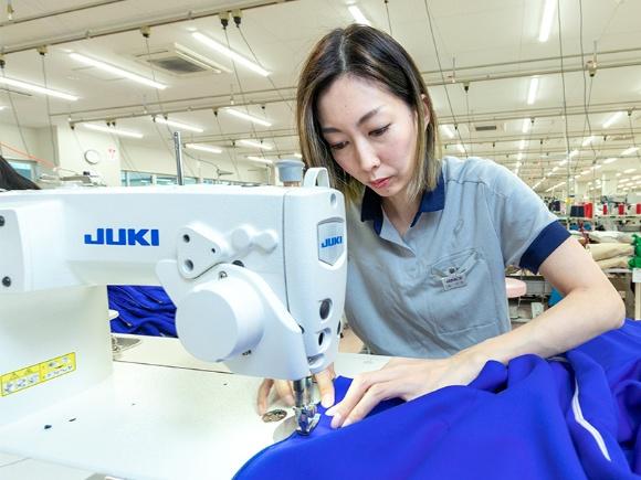 もともと北陸は全国有数の絹織物産地であり、現在では繊維加工の集積地。アシックスアパレル工業ではそうした地の利や、濱さんをはじめ熟練技能者の技術力を活かし、高品質のスポーツウエアを生産している