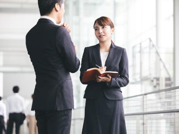 「君は下手な男よりよっぽど優秀だな!」という男性上司の「褒め言葉」。言われた女性は喜ぶどころか男性上司が持つアンコンシャスバイアスを見透かして、がっかりしているはず(写真はイメージです)