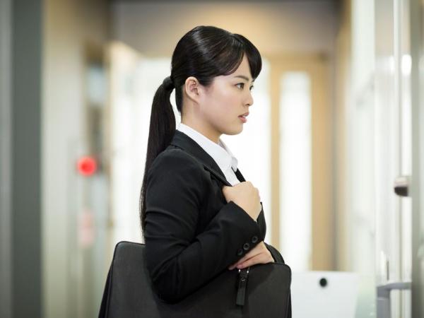 就職面接を受ける学生のような立場の弱い者に対し、面接官などの上位者が攻撃的な言葉を口にしてしまう。そんな構図が浮かび上がる (画像はイメージです)
