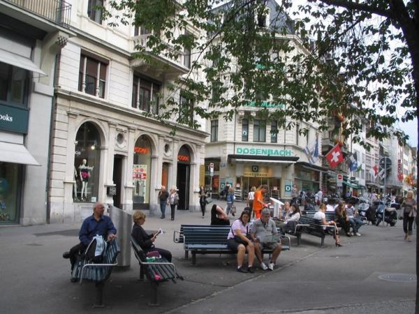 ヨーロッパの中心部は自動車交通が抑制され、座れる場所が沢山ある「歩いて楽しめる街」が多い(写真はチューリヒ/提供 広井良典さん)