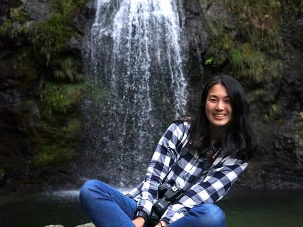 国際基督教大学4年の佐伯栞さん。2021年3月に、大学が実施する「コミュニティ・サービス・ラーニング」というプログラムを通して、ゴミのない社会を目指す、全国初の「ゼロ・ウェイスト宣言」をした徳島県上勝町で1カ月間のインターンシップに参加。滞在最後の週に上勝町の自然を楽しもうと滝まで行ったときの写真。「ゼロ・ウェイストに取り組んで、プラスチックごみも洗って出したり、量り売りのお店で買い物をしたり……。町全体で意識していることの素晴らしさを実感しました」(写真/佐伯さん提供)