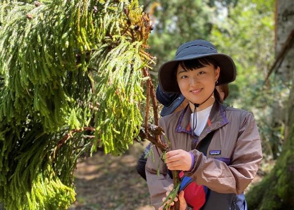 立命館大学4年の一瀬優菜さん。2020年9月に日本のサステナビリティを学ぶため、岡山県西粟倉村で行われたワークショップに参加。そこでトレッキングした時の写真。「山では、普段の生活では感じることができない生命力を感じました。樹木や微生物、空気を含めたすべてが共存し、共生しあっていることを肌で体験することができました」(写真/一瀬さん提供)