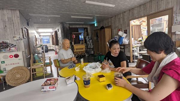 コミュニティスペースでの一コマ。入居者、来訪者、スタッフが思い思いに交流している。コロナ下の現在は、オンライン診療やオンライン交流なども取り入れている(提供/Happy)
