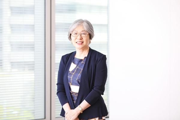 宮間三奈子(みやま・みなこ)/1986年大日本印刷入社。同社生産技術研究所に女性初の研究員として配属される。結婚によるスタッフ職への配置換えや出産を経て、05年にC&I(Communication&Information)企画開発センターVR企画開発室長。14年人材開発部長、18年執行役員。21年6月から取締役。