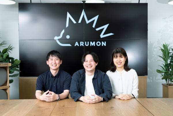 左から、内山さん、入江さん、前原さん。Arumonが活動する拠点の1つ、丸の内WeWork内にて