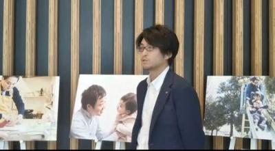 男性育休を1カ月程度取得した国家公務員が、家庭での育児・家事に励む一コマを紹介した「霞が関のパパたち写真展」をPRしている永田さん