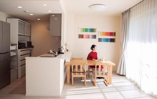 あみさん (仮名・36歳)/教育・事務/神奈川県在住 「リビングは明るい半面、寝室やクローゼットは風通しが悪いため、モノを減らすことでカビを防止」