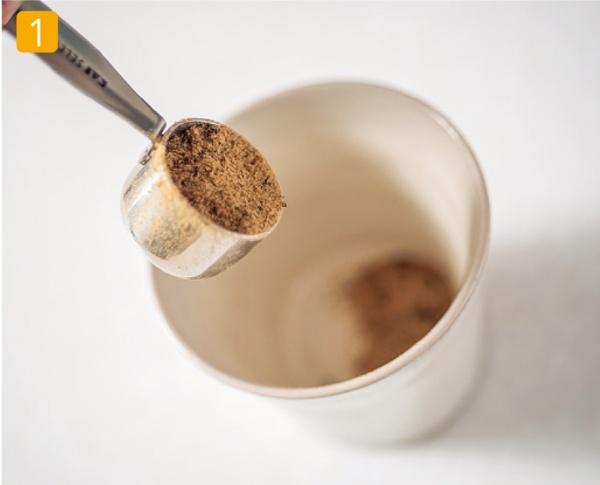 マグカップや湯飲みに、パウダー状にした、大さじ1杯(15g)のやせる出汁を入れる。
