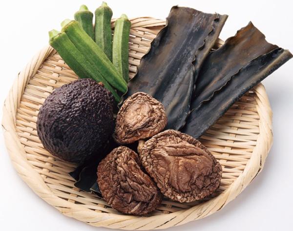 水溶性食物繊維は、昆布やワカメなどの海藻類、オクラ、アボカド、ゴボウ、干しシイタケやナメコに多く含まれる。