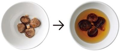 【HowTo】耐熱容器に干しシイタケと、傘がかぶる程度の水を入れてラップをかけ、600Wのレンジで3分加熱。粗熱が取れたらラップを外す。(4倍程度に戻る)