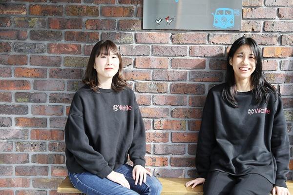 2019年にWaffleを立ち上げた田中沙弥果さん(左)と斎藤明日美さん(右)。現在の課題解決に向けた到達度は「15%ぐらい」(斎藤さん)。「まだまだですね。0.5%ぐらいです」(田中さん)