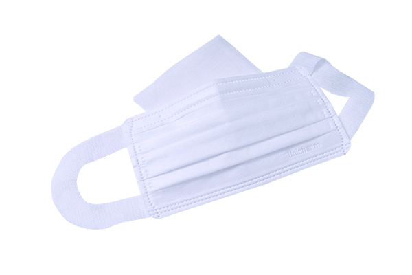不織布マスクの内側にガーゼを1枚はさむ。もしくは、コットンなど肌荒れしにくい素材のマスクをした上から不織布マスクをつけてもいい。「私や当院スタッフも行っている対策です」(三宅さん)。