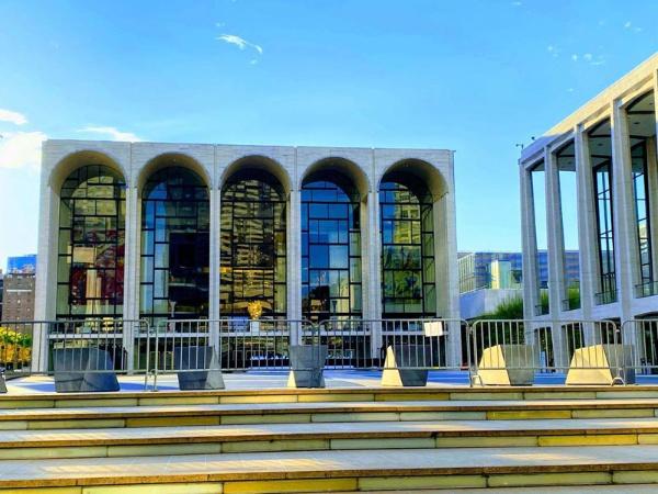 ニューヨークの総合芸術施設「リンカーン・センター」も休業が続く。ブロードウェイの劇場は、さしあたり9月6日まで全面閉鎖。さらに延長される可能性もある