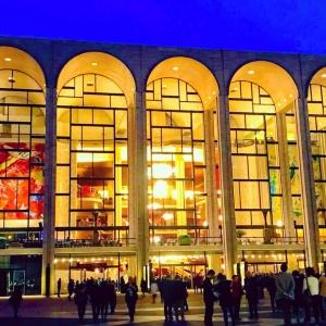 メトロポリタン・オペラ(左写真)やグッゲンハイム美術館(右写真)などニューヨークの文化機関へ公開書簡が送られた