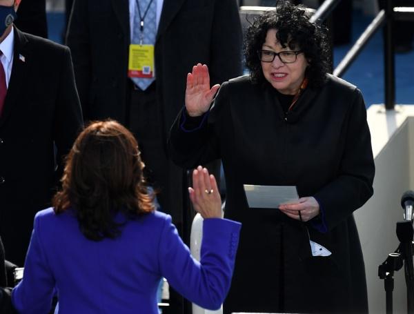 ヒスパニック系初の最高裁判事ソニア・ソトマイヨール氏が、カマラ・ハリス副大統領の就任宣誓を担当した(写真:AFP/アフロ)