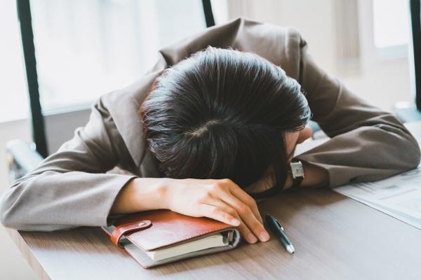 世界的に見ると女性は男性よりも睡眠時間が長い傾向があるが、日本女性の平均睡眠時間は1日当たり5時間56分と、世界一短い