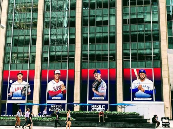 米ニューヨークのタイムズ・スクエアから遠くない米大リーグ(MLB)ストアの外壁に掲示された大谷翔平選手の巨大な写真も、米国での人気を物語る(撮影:渡邊さん)
