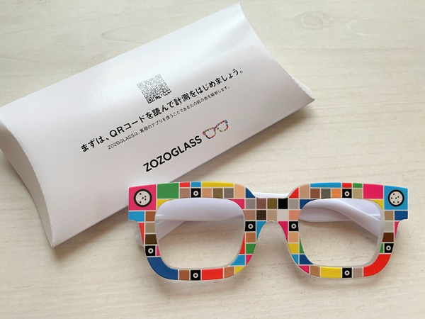 「ZOZOGLASS」は、カラーパターンを印刷したメガネ型の機器