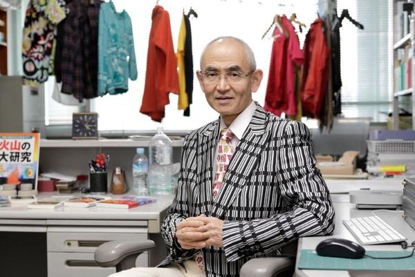 鎌田さんがファッショナブルな服を着始めたのは、ある日、授業後のパーティーに出るためにドレスアップして講義をしたところ学生の反応が全く違ったため。偶然が人生を豊かにしていく