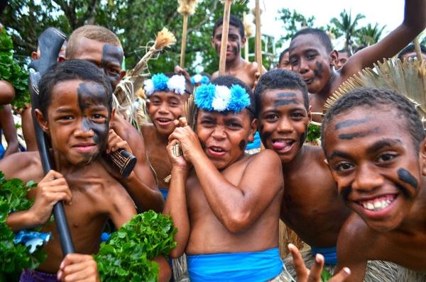 伝統的なフィジー戦士の装いをした子どもたち。フィジー人男性の力強さをあらわし、祭りなどの催事にはこの装束で参加する(写真/永崎さん提供)