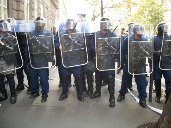 世界一周旅行をしているとき、ハンガリーでは反政府デモに巻き込まれた。気づけば、デモ集団の先頭にいて、身の危険を感じた