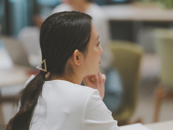 女性が昇進を拒むのは、不十分な人材育成・能力開発、仕事と育児との両立問題などに起因していることが多い