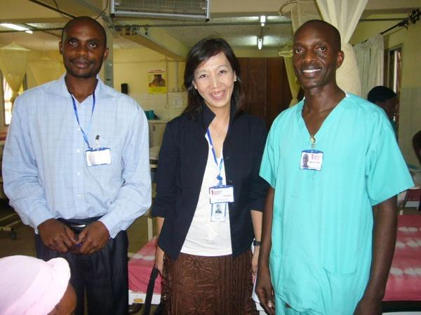 西アフリカにあるシエラレオネ共和国の母子保健センターで助産師さんたちと
