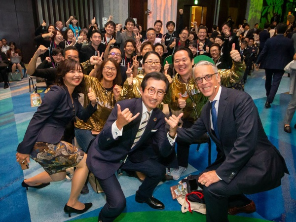 2019年9月、東京都内ホテルでの大規模イベント「Salesforce World Tour Tokyo」にて。基調講演後に、「Trailblazer」の皆さんと。Trailblazerとは「先駆者」という意味で、セールスフォースの技術を駆使してビジネスを改革する先駆者に対して敬意を持って使われている言葉。Trailblazerには黄金のパーカー(前から2列目の皆さんが着用)が贈られる