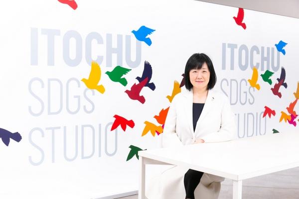 伊藤忠商事 執行役員 人事・総務部長の的場佳子さん(撮影場所は、伊藤忠商事がSDGsに関する取り組みの発信拠点として2021年4月に開設した「ITOCHU SDGs STUDIO」)
