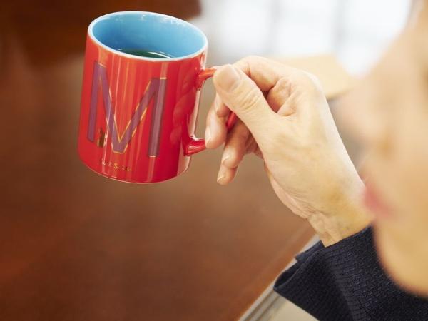 野田さんが愛用している赤いマグカップ。息子さんのイニシャルがデザインされている
