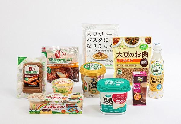 動物性たんぱく質から植物性への移行の動きだけでなく、小麦粉を大豆粉で代用するなど、健康面を意識した商品でもアイテムが広がっている日本の大豆ブーム(写真は「アメリカ産大豆」のほか、カナダ産などを原料とする商品も含んでいます)