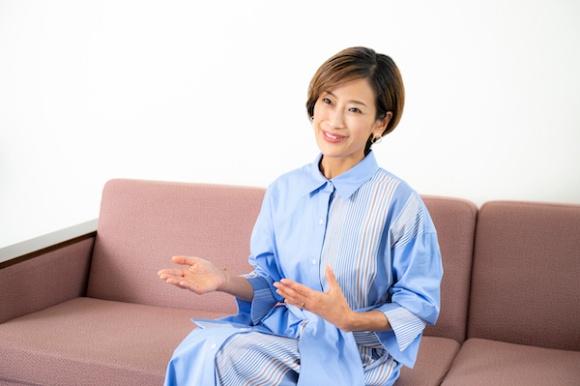 <b>大橋マキ</b>(おおはし・まき)さん<br> アロマセラピスト、一般社団法人はっぷ代表<br> 神奈川県出身。1999年聖心女子大学文学部卒業後、フジテレビにアナウンサーとして入社。その後、植物療法を学ぶため英国に留学。帰国後、IFA認定アロマセラピストとして病院で活動し、2018年に一般社団法人はっぷを設立。植物療法やガーデニングを通じた介護予防や多世代交流、ハッピーエイジングな町づくりを行う。神奈川県葉山町で子どもたちと海遊び・山遊びを満喫している。今秋『葉山和ハーブ手帖』発刊予定