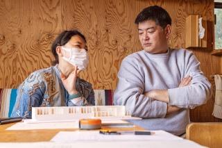 栗原さん(左)と栗原さんの家を設計する建築家の早川泰輔さん(右)