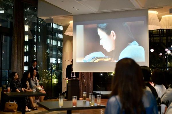 日経DUALなど3メディアのブランドムービーを上映。映像に見入る来場者